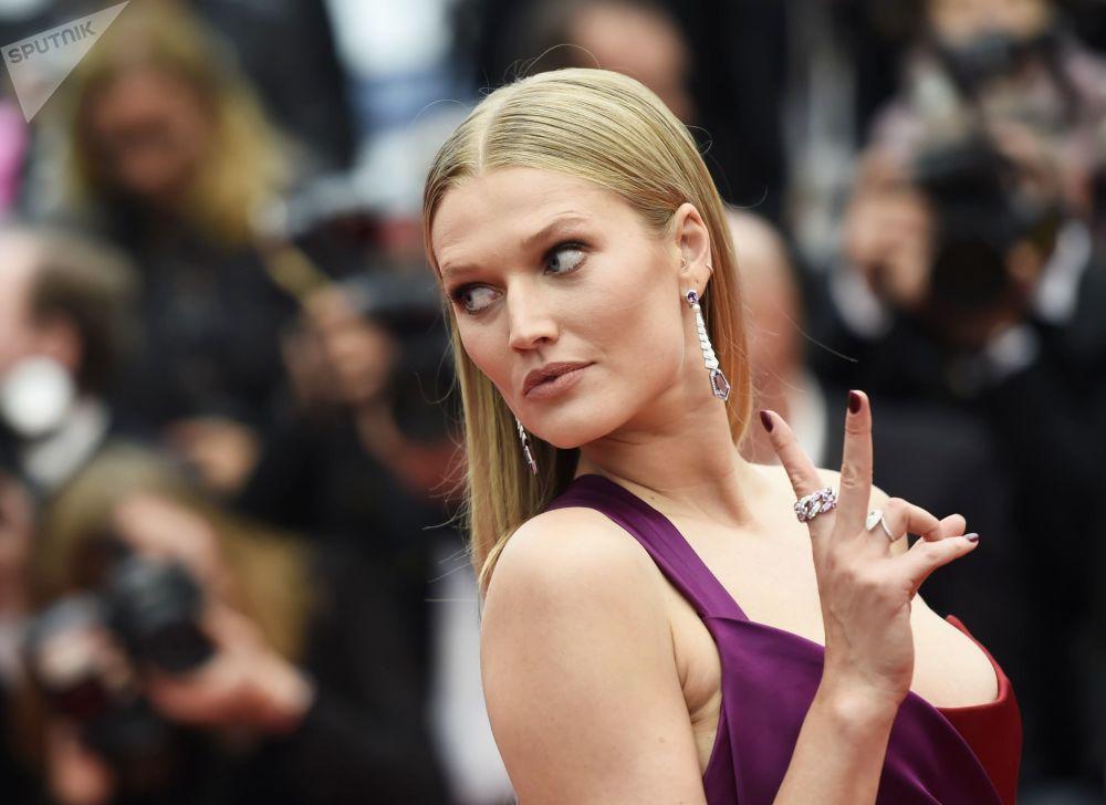 عارضة أزياء والممثلة الألمانية توني غارن على السجادة الحمراء لمهرجان كان السينمائي الدولي في نسخته الـ72