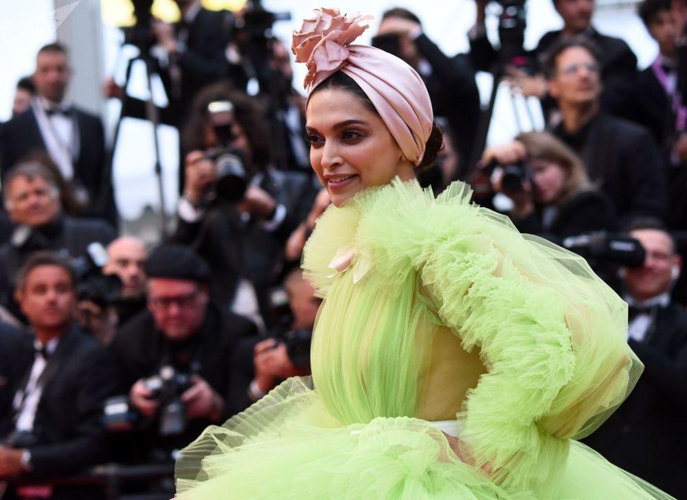 الممثلة وعارضة الأزياء الهندية ديبيكا بادوكون على السجادة الحمراء لمهرجان كان السينمائي الدولي في نسخته الـ72