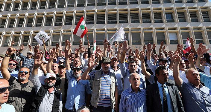 جنود لبنانيون متقاعدون في أثناء مشاركتهم في احتجاج على مسودة مقترحات ميزانية الدولة أمام البنك المركزي في بيروت