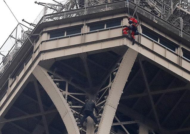 رجل يهدد بإلقاء نفسه من قمة برج إيفل