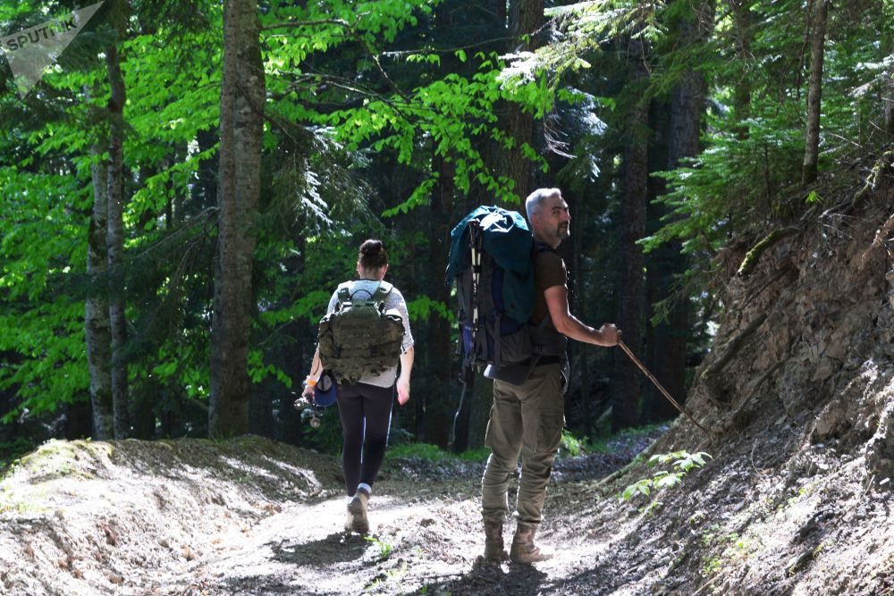 سياح يتنزهون في الجزء الشمالي من المحمية الطبيعية القوقازية باسم خ. غ. شابوشنيكوف