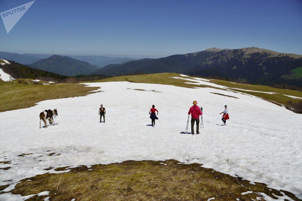 سياح في منطقة المراعي أباغو المغطاة بالثلج في المحمية الطبيعية القوقازية باسم خ. غ. شابوشنيكوف