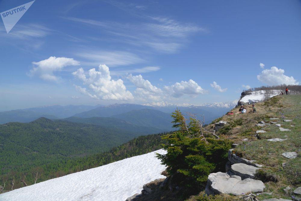 سائحون على حافة جبل بالقرب من حي لاغو-ناكي حيث المحمية الطبيعية القوقازية باسم خ. غ. شابوشنيكوف