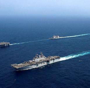 حاملة الطائرات التابعة للبحرية الأمريكية أبراهام لنكولن وسفن هجومية كيرسارج في بحر العرب في 20 مايو/ أيار 2019