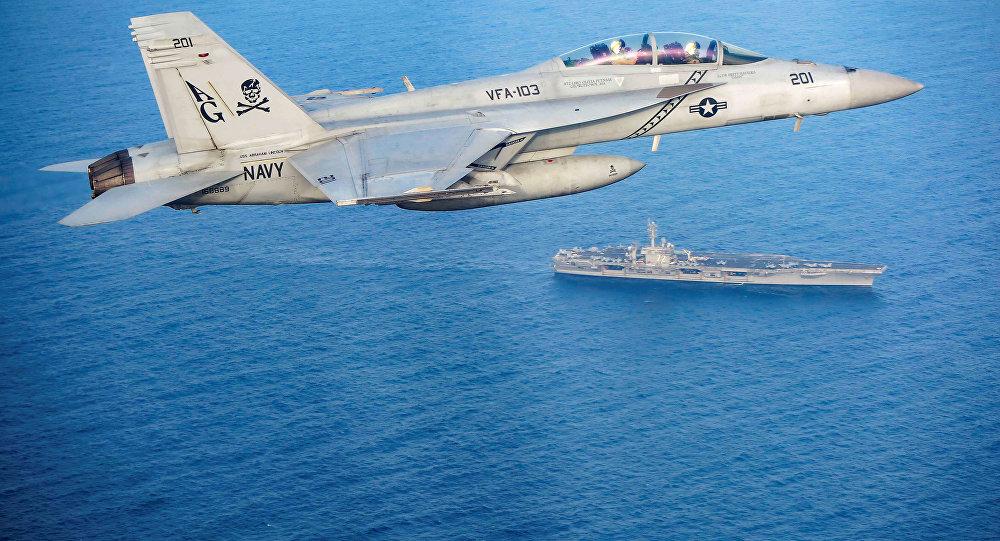 مقاتلة متعددة المهام (إف\أيه-18إي\إف سوبر هورنت) تحلق فوق حاملة الطائرات الأمريكية أبراهام لنكولن في منطقة بحر العرب، 18 مايو/ أيار 2019