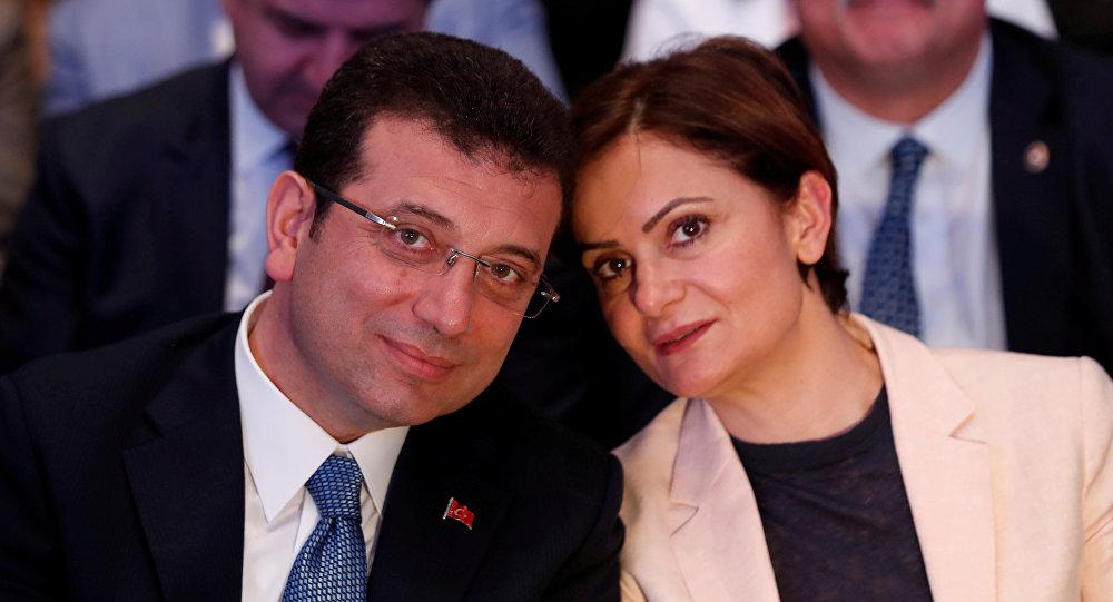 جنان كفتانجي أوغلو مع إمام أوغلو مرشح حزب الشعب الجمهوري المعارض في إسطنبول خلال اجتماع تنسيق الحملة في إسطنبول