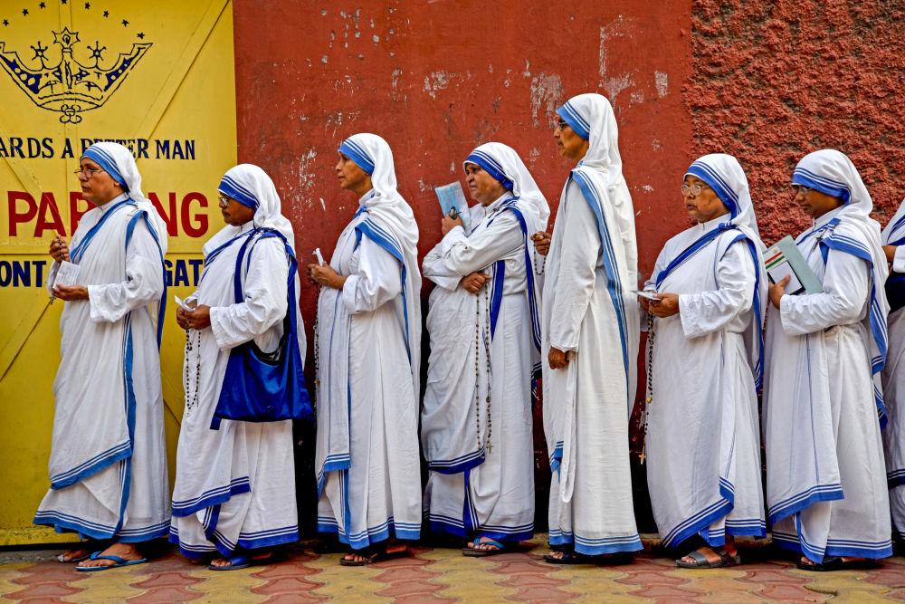 الراهبات الهنديات في طابور للإدلاء بصوتهن في الانتخابات في كلكتا، الهند 19 مايو/ أيار 2019