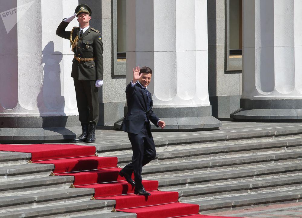 رئيس أوكرانيا فلاديمير زيلينسكي بعد مرااسم تنصيبه رئيسا للباد يخرج من مبنى البرلمان الأوكراني في كييف