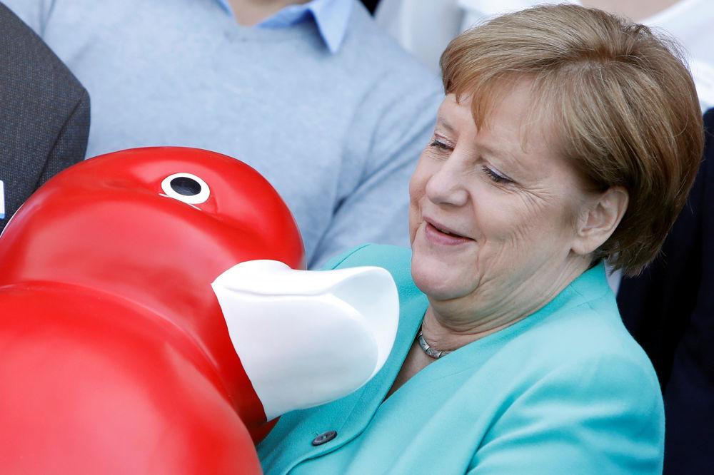 المستشارة الألمانية أنجيلا ميركل تتلقى لعبة البط، أثناء زيارتها لشركة سينتوجين للتكنولوجيا الحيوية في روستوك، ألمانيا 23 مايو/ أيار 2019