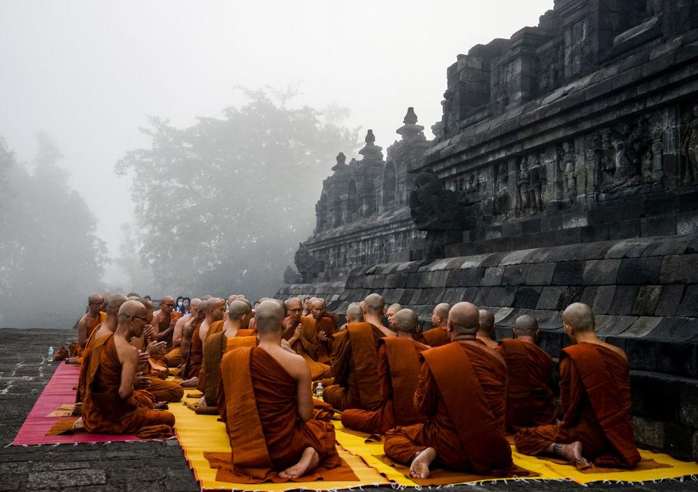 الرهبان البوذيين خلال صلاة عشية عيد ميلاد بوذا في معبد بوروبودور، إندونيسيا 18 مايو/ أيار 2019