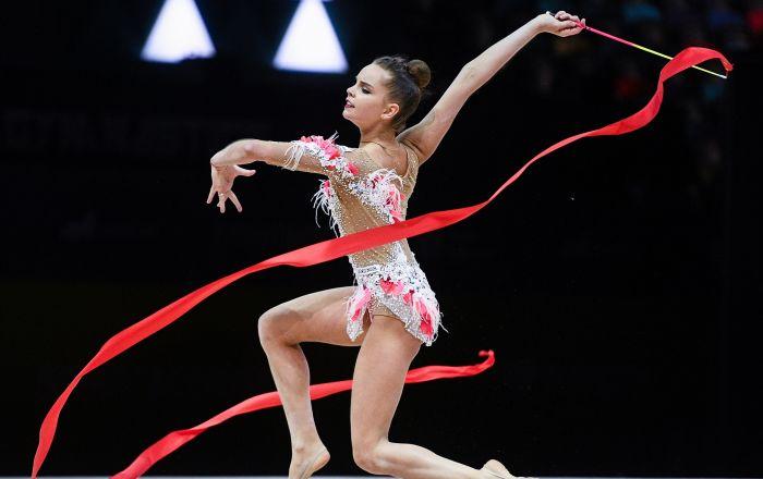 الروسية دينا أفيرينا خلال أدائها في فقرة الجمباز الإيقاعي مع شريط في بطولة الجمباز الإيقاعي الأوروبية في مدينة باكو، أذربيجان
