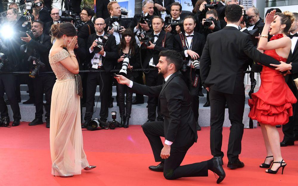 رجل يطلب يد فتاة على السجادة الحمراء، خلال حفل العرض الأول للفيلم الحياة السرية (A Hidden Life) في مهرجان كان السينمائي الثاني والسبعين
