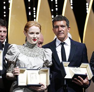 إيميلي بيتشام وأنطونيو بانديراس في حفل ختام مهرجان كان السينمائي