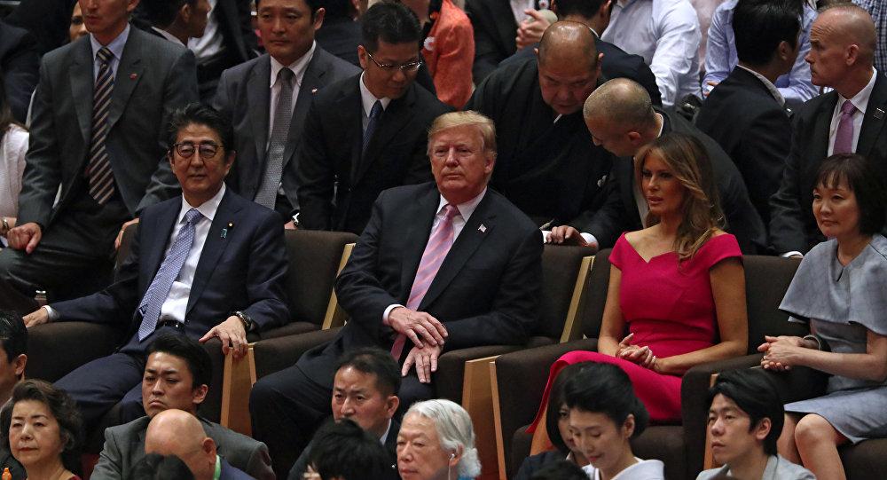 الرئيس الأمريكي دونالد ترامب وزوجته ميلانيا ترامب يحضران مباراة سومو في اليابان، 26 مايو/أيار 2019