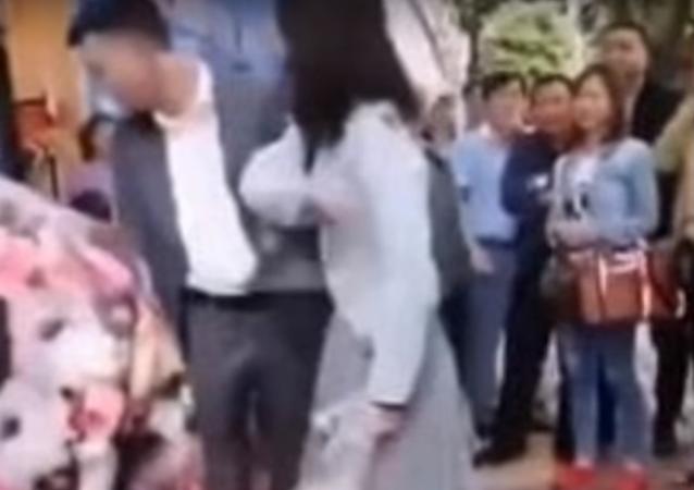 فتاة صينية تصفع حبيبها