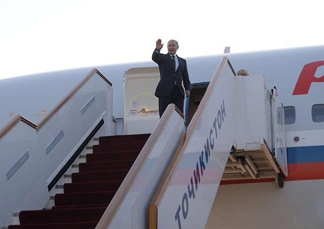 الرئيس الروسي فلاديمير بوتين في الطائرة