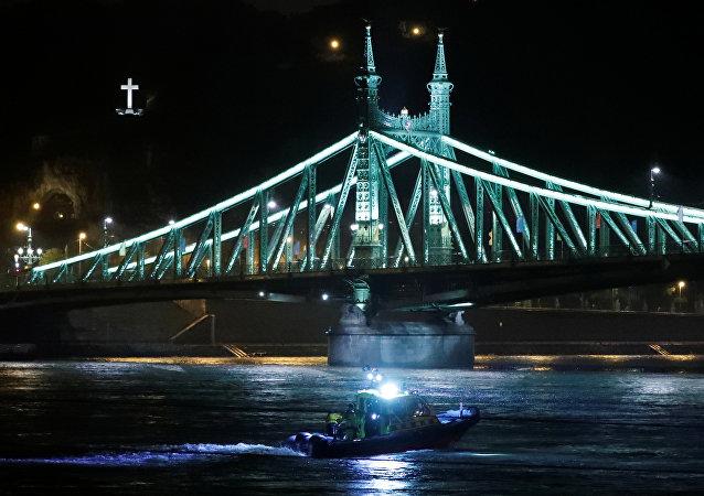 قارب إنقاذ على نهر الدانوب بعد انقلاب قارب سياحي في بودابست