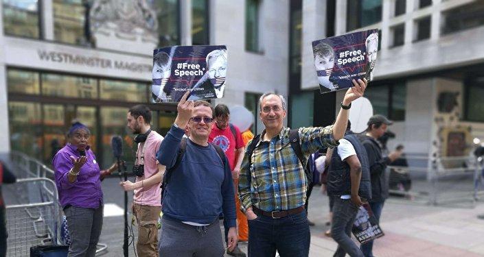 احتجاجات مؤيدي أسانج أمام المحكمة في بريطانيا