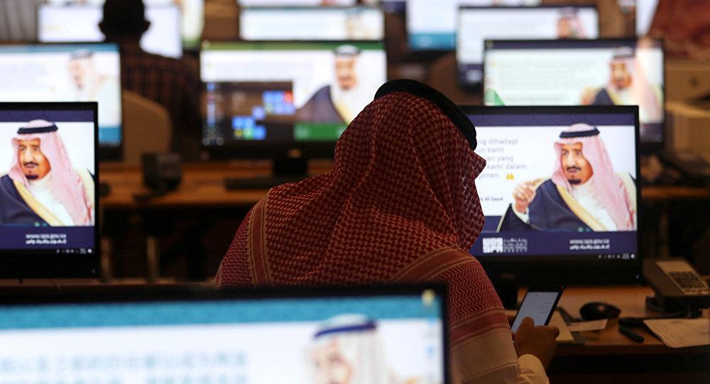 صحفي يستخدم هاتفه المحمول في المركز الإعلامي خلال القمة الإسلامية الـ 14 في مكة، 30 مايو/أيار 2019
