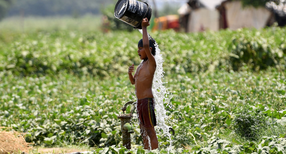صبي هندي يصب الماء على نفسه أثناء محاولته لتبريد نفسه وسط ارتفاع درجات الحرارة في نيودلهي في 29 مايو/ أيار 2019