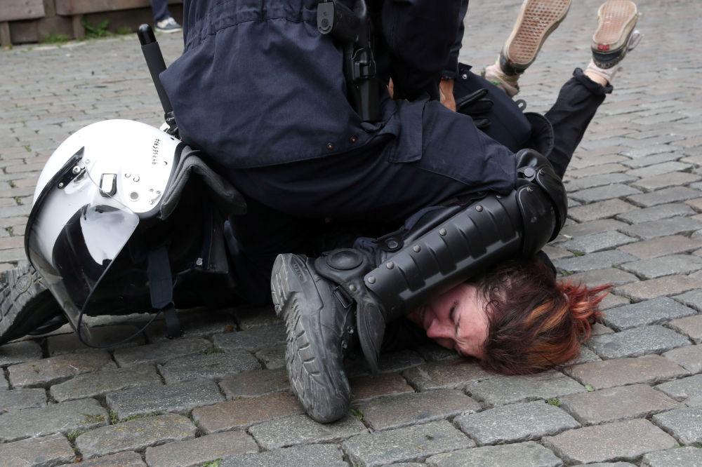 ضابط شرطة يحتجز أحد أعضاء حركة السترات الصفراء أثناء احتجاجهم في اليوم الأخير من انتخابات البرلمان الأوروبي في بروكسل، بلجيكا 26 مايو/ أيار 2019