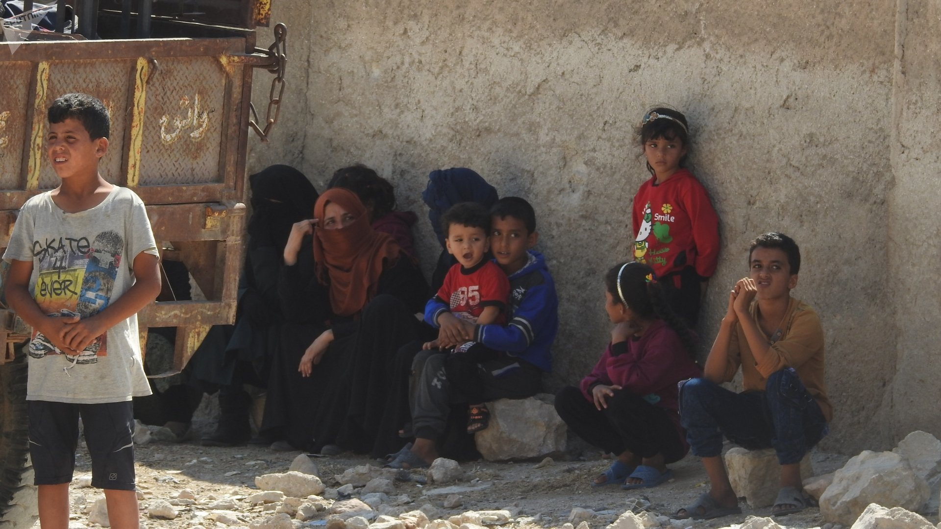 مدنيون سورين مهجرون بسبب التنظيمات الإرهابية وتصعيدها ضد الدولة السورية