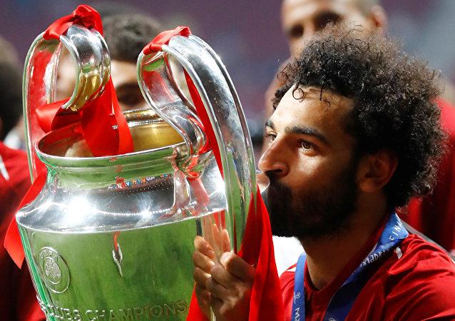 محمد صلاح يطبع قبلة على كأس دوري أبطال أوروبا بعد فوز فريقه ليفربول باللقب، 1 يونيو/حزيران 2019