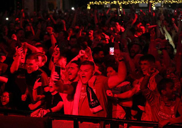 نهائي دوري أبطال أوروبا - مشجعو ليفربول يشاهدون المباراة النهائية في ليفربول