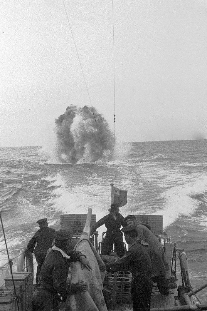 بحارة أسطول البلطيق يطلقون النار على غواصة معادية