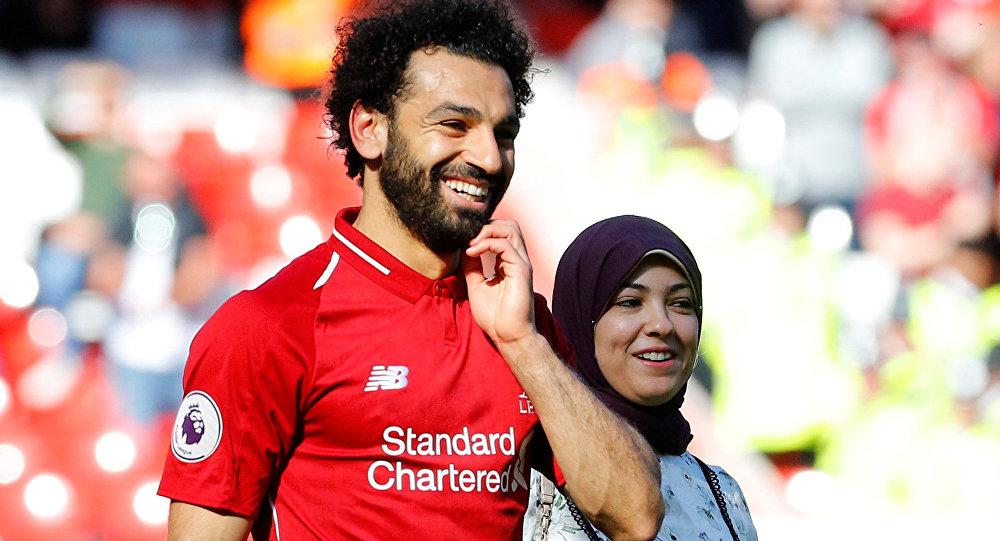 ماجي صلاح تسير إلى جوار زوجها نجم فريق ليفربول المصري محمد صلاح