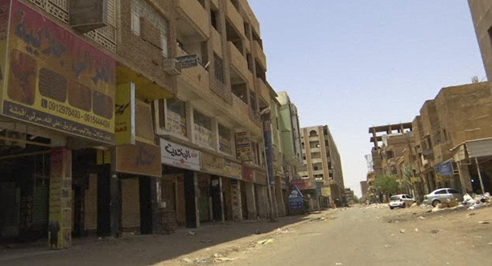 متاجر مغلقة خلال إضراب عام وعصيان مدني في حي سوق العربي التجاري في الخرطوم بالسودان