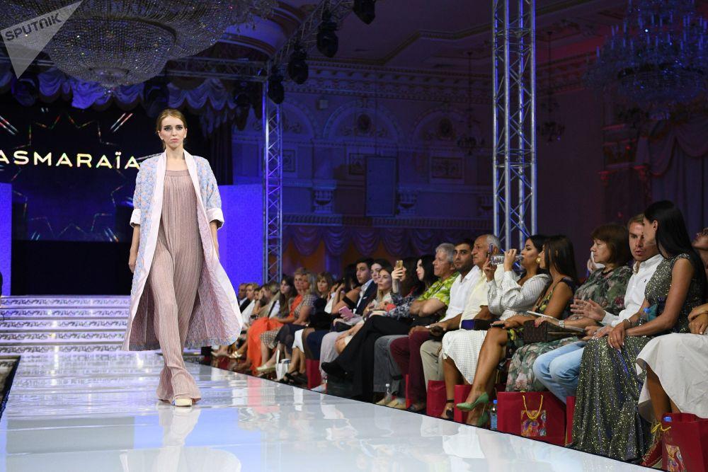 عرض أزياء أيام الموضة العربية (Al Arabia Fashion Days) في إطار أسبوع الأزياء العربية في موسكو - عرض مجموعة من تصميم دار أزياء أسمارايا (Asmaraia)