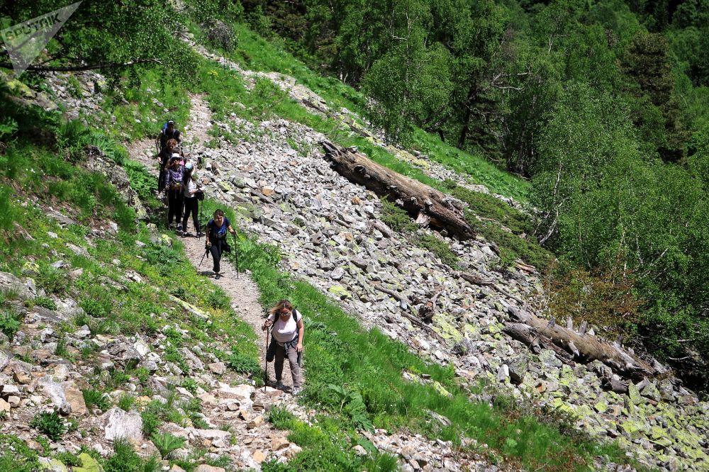 سياح  يعبرون أراضي وادي صوفيا في جمهورية كراتشاي - تشركيسيا
