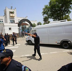 سيارة يعتقد أنها كانت تقل رئيس الوزراء السابق عبد المالك السلال تصل إلى سجن الحراش في الجزائر العاصمة