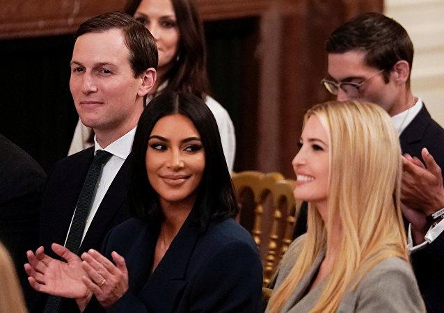 كيم كارداشيان بين ميلانيا ترامب وزوجها جارد كوشنر في البيت الأبيض، 13 يونيو/حزيران 2019
