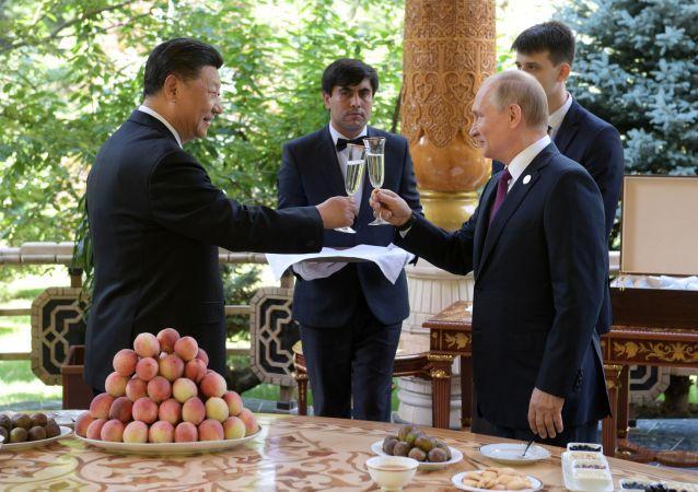 فلاديمير بوتين يهدي الرئيس الصيني في عيد ميلاده خلال مؤتمر بناء الثقة في آسيا