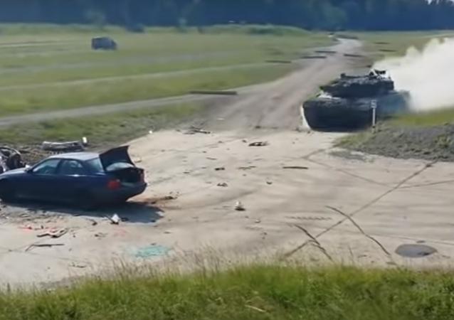دبابة تسحق سيارة