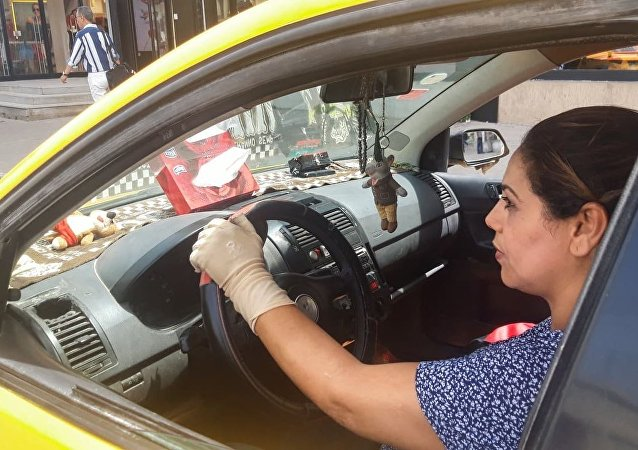 تونسية كسرت قاعدة المهن الرجالية واقتحمت عالم قيادة التاكسي
