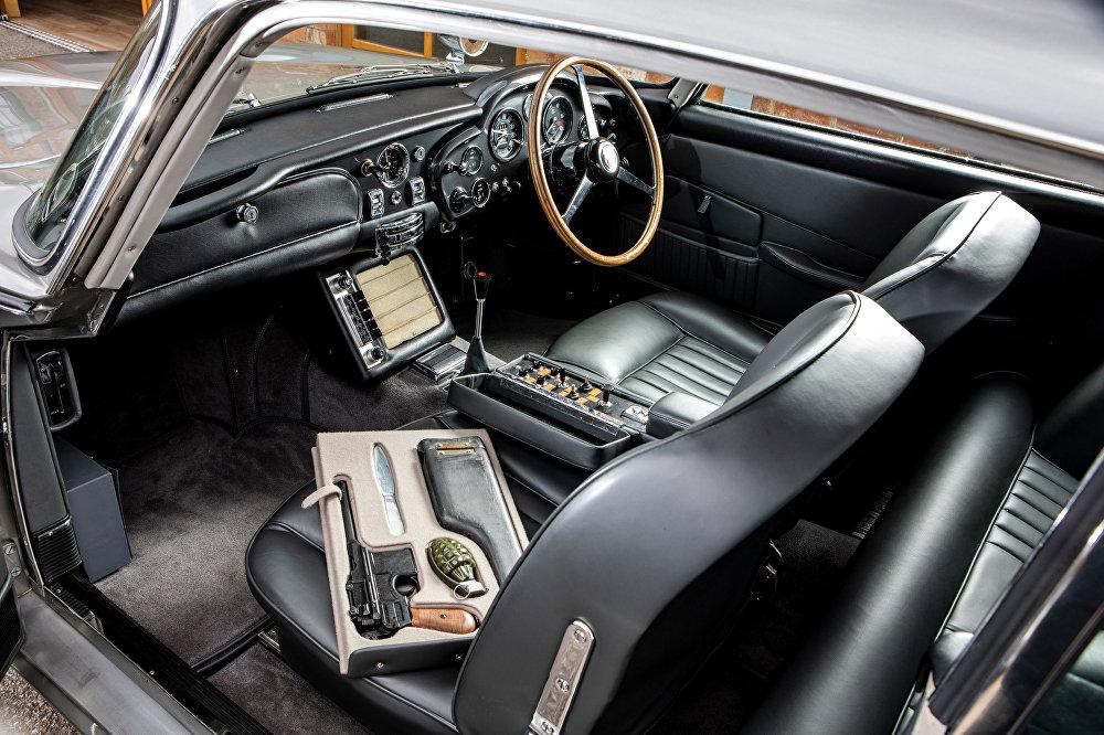 عجلة قيادة سيارة جيمس بوند من طراز أستون مارتن