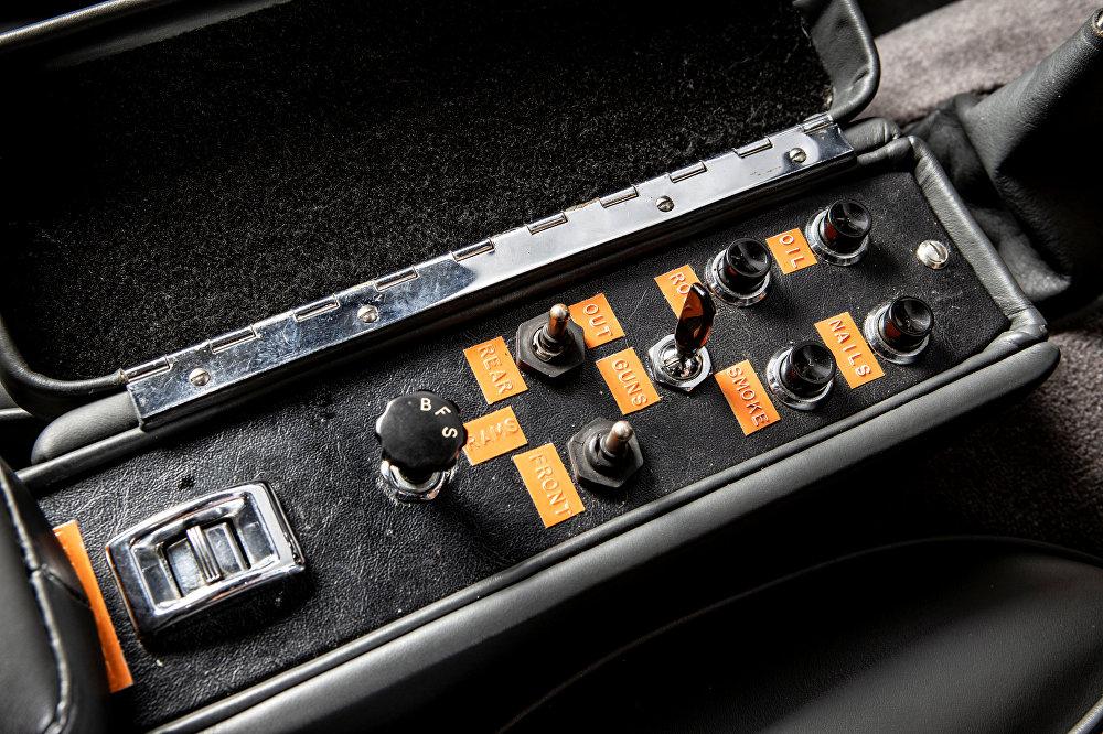 لوحة تحكم لإطلاق أسلحة مختلفة بداخل سيارة جيمس بوند من طراز أستون مارتن المطروحة للبيع في دار مزادات سوذبيز