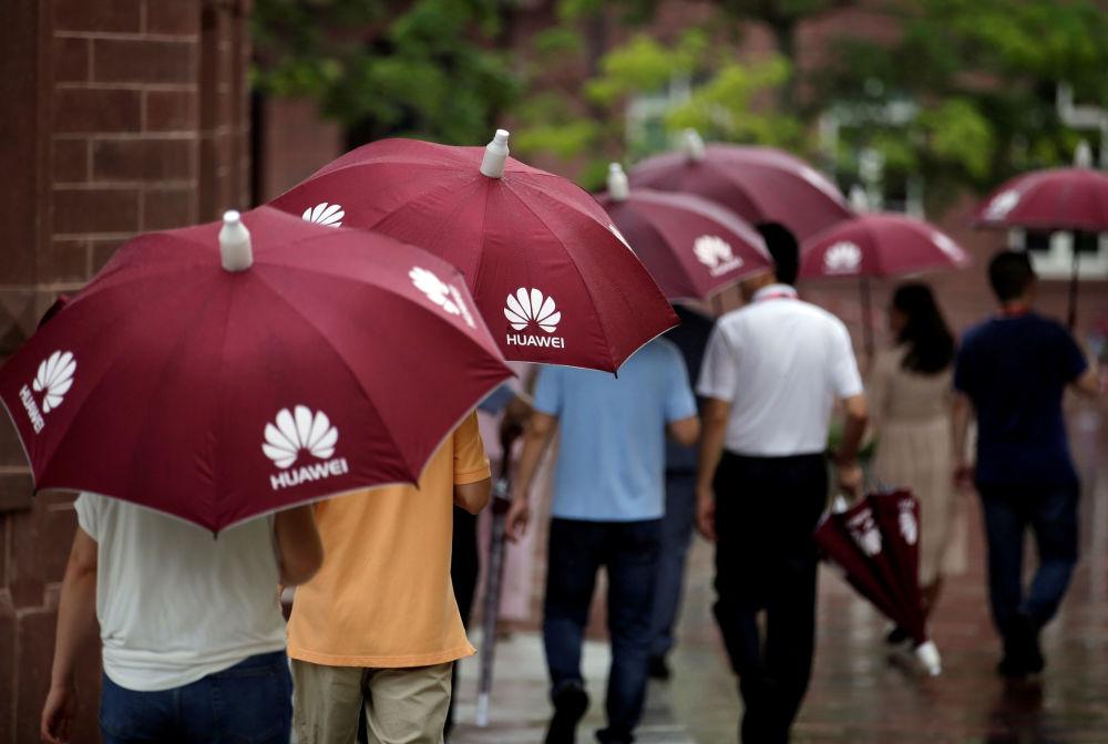 زوار شركة هواوي يغادرون العمل، في الحرم الجديد لـ هواوي سونغشان ليك نيو كامبوس (Huawei Songshan Lake New Campus)، 31 مايو/ أيار  2019