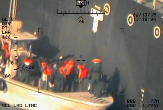 صور نشرتها وزارة الدفاع الأمريكية البنتاغون تقول إنها تثبت تورط إيران في الهجوم على ناقلتي بحر عمان