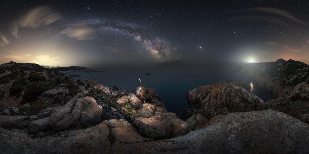 صورة بعنوان أولا وقبل كل شيء من قبل المصور الإيطالي أليساندرو كانتاريلي، ضمن القائمة القصيرة في مسابقة التصوير الفلكي الفوتوغرافي للعام 2019