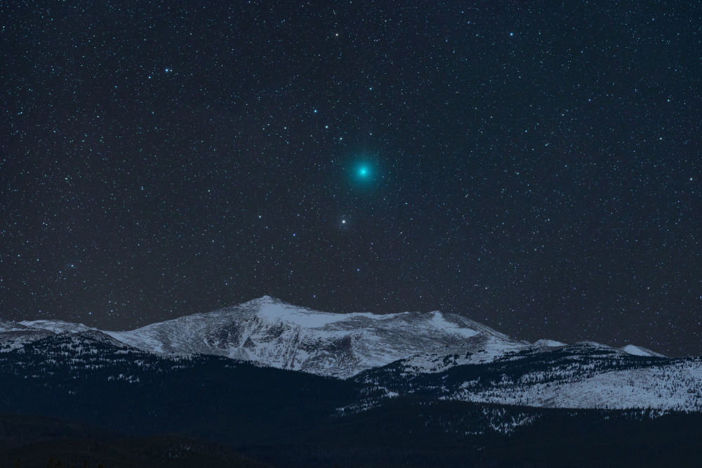 صورة بعنوان المذنب والجبل من قبل المصور الأمريكي كيفن بالمير، ضمن القائمة القصيرة في مسابقة التصوير الفلكي الفوتوغرافي للعام 2019