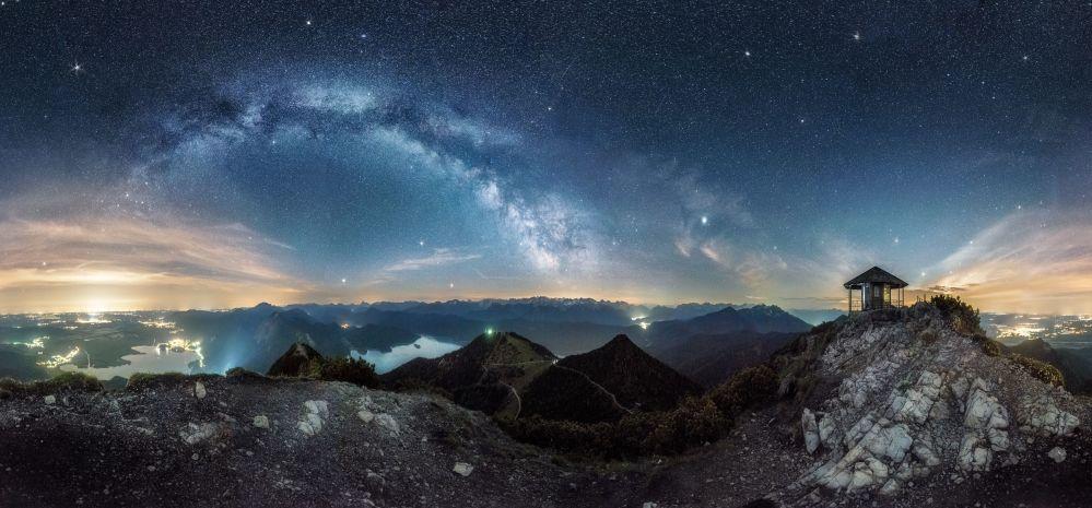 صورة بعنوان الطريق إلى المجد من قبل المصور الألماني نيكولاي بروغر، وقد تم اختياره ضمن القائمة القصيرة في مسابقة للتصوير الفلكي الفوتوغرافي للعام 2019