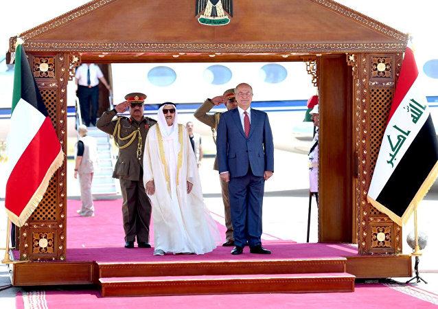 الرئيس العراقي برهم صالح مع الأمير الكويتي الشيخ صباح الأحمد الصباح خلال حفل استقبال في بغداد