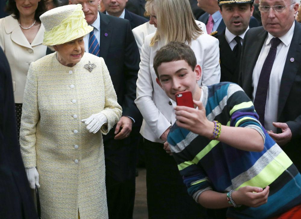 صورة سيلفي مع ملكة بريطانيا إليزابيث الثانية،  2014