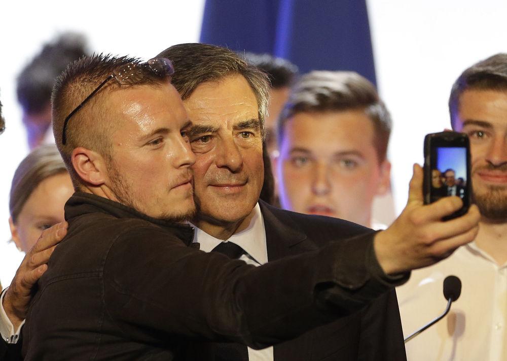 صورة سيلفي مع أحد المرشحين للرئاسة الفرنسية فرانسوا فيون، 2017