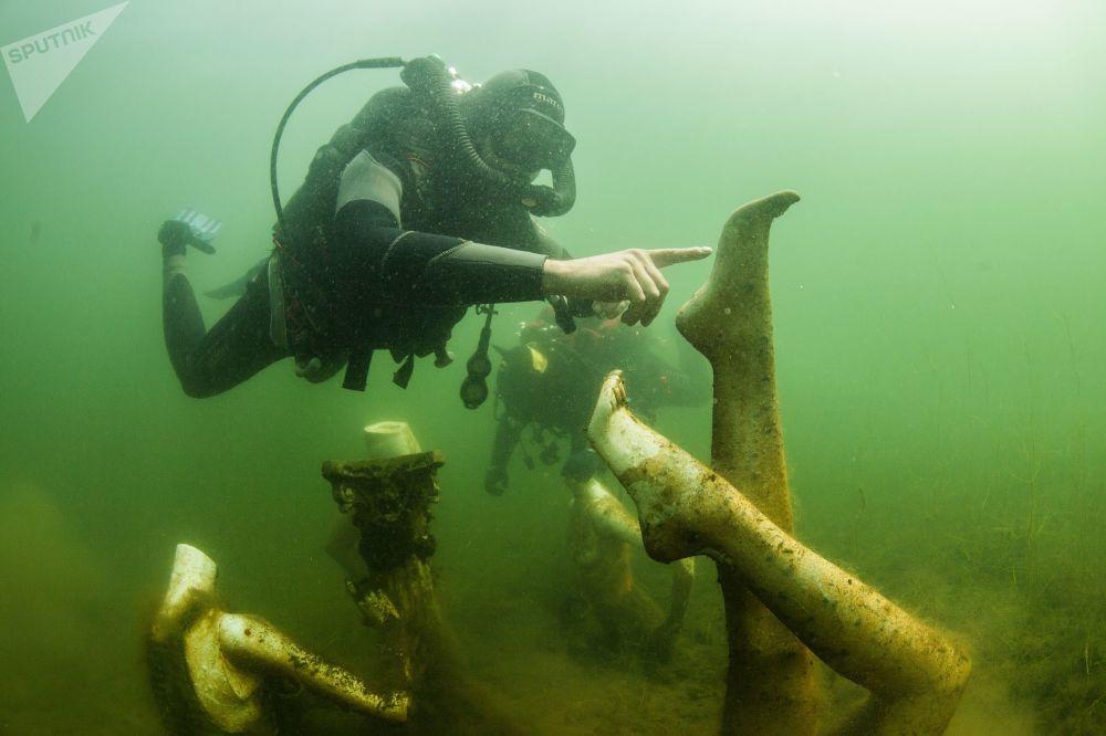 غواصون تحت الماء في محجر كونستانتينوفسكي في منطقة تفير الروسية