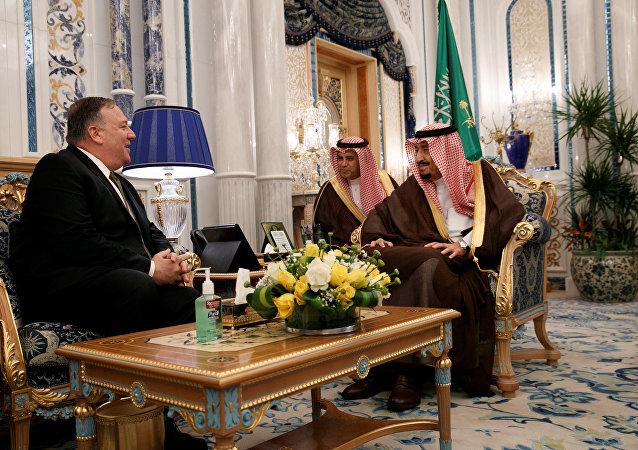 العاهل السعودي الملك سلمان بن عبد العزيز مع وزير الخارجية الأمريكي مايك بومبيو